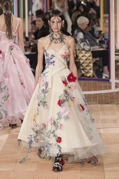 Những thương hiệu váy cưới có thể trong tầm ngắm của Meghan Markle - 6