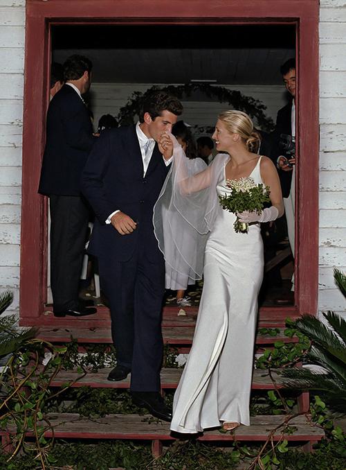 Phong cách thời trang ngày cưới tối giản của Carolyn Bessette Kennedy mà Meghan yêu thích.