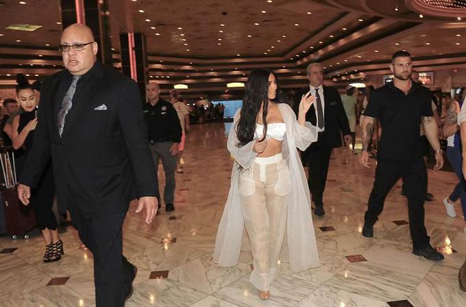 Bà xã Kanye West được một dàn vệ sĩ lực lưỡng hộ tống vào khách sạn. Từ sau vụ cướp ở Paris vào tháng 10/2016, Kim tăng cường an ninh bảo vệ cô và gia đình.
