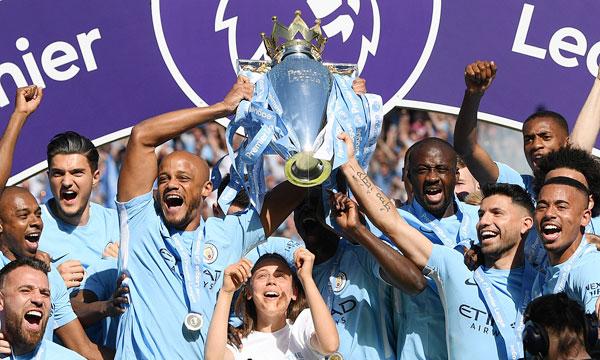 Đội trưởng Kompany và các đồng đội hân hoan trong ngày nâng cao Cup vô địch Premier League.