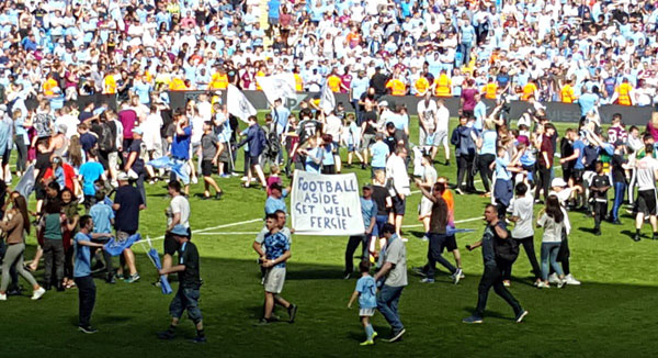 Hàng nghìn CĐV Man City cũng tràn xuống sân chung vui với các cầu thủ trong ngày nhận Cup.