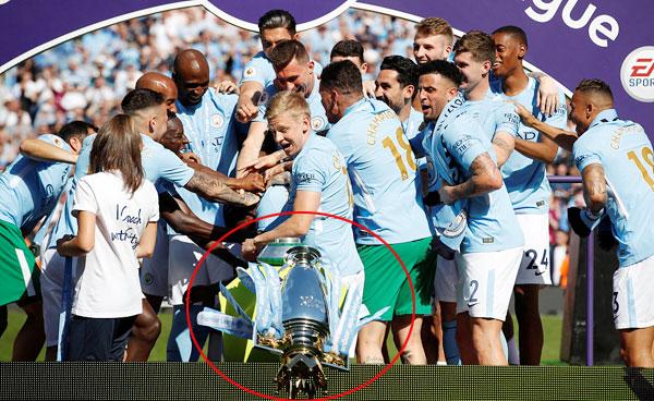 Man City đủ điểm vô địch từ giữa tháng tư nhưng phải đợi tới khi thi đấu trên sân nhà Etihad cuối tuần qua mới được nâng Cup