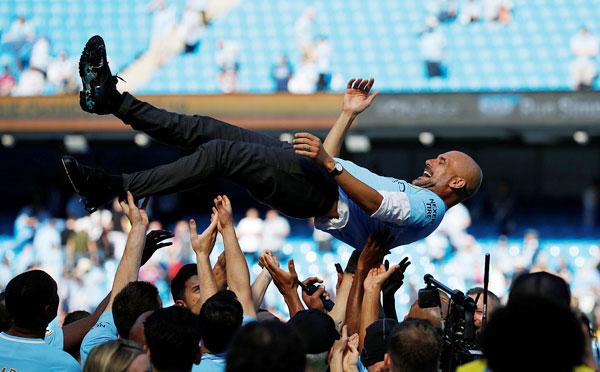 HLV Guardiola được các học trò, cộng sự tung hô sau khi đưa đội bóng thành Manchester vô địch Ngoại hạng Anh trước cả 4 vòng đấu.