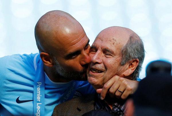 Nhà cầm quân người Tây Ban Nha hạnh phúc chia sẻ niềm vui với bố, ông Valenti.