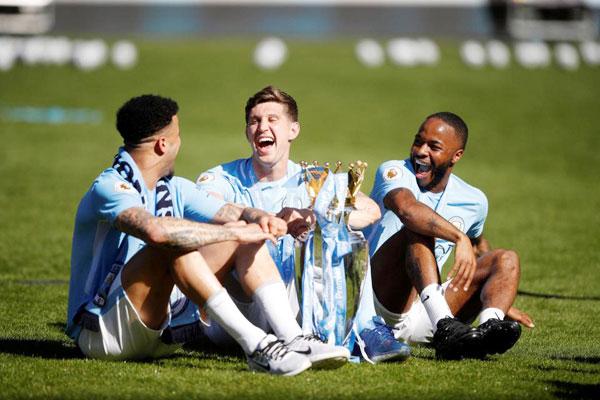 Nụ cười sảng khoái của Kyle Walker, John Stones và Raheem Sterling khi ngồi bệt trên sân và ôm Cup.