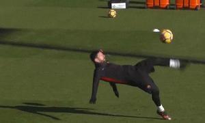 Messi ngả người móc bóng ghi bàn trong buổi tập