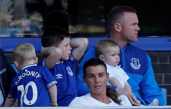 Hôm 5/5, Rooney đưa vợ con tới sân Goodison Park theo dõi trận đấu giữa chủ nhà Everton và Southampton ở vòng 37 Premier League.