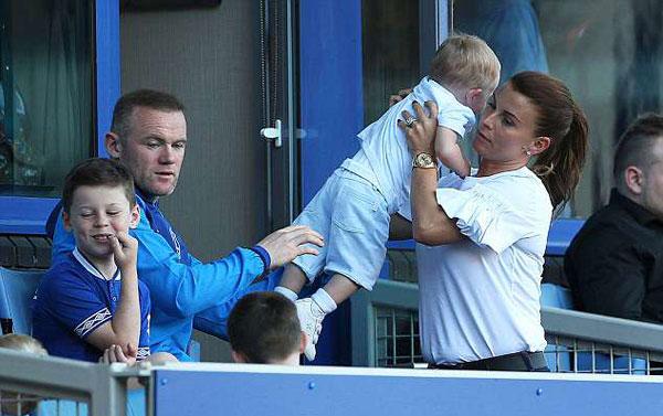 Bố vợ Rooney cũng tới sân, giúp các con trông cháu.
