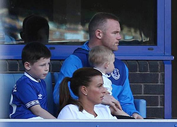 Vợ chồng Rooney ngồi bên các con và một đứa cháu mặc áo trắng.