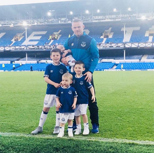 Trên trang cá nhân, Coleen đăng ảnh 5 bố con cùng mặc màu xanh và chú thích kỷ niệm trận đấu trên sân nhà cuối cùng của Everton