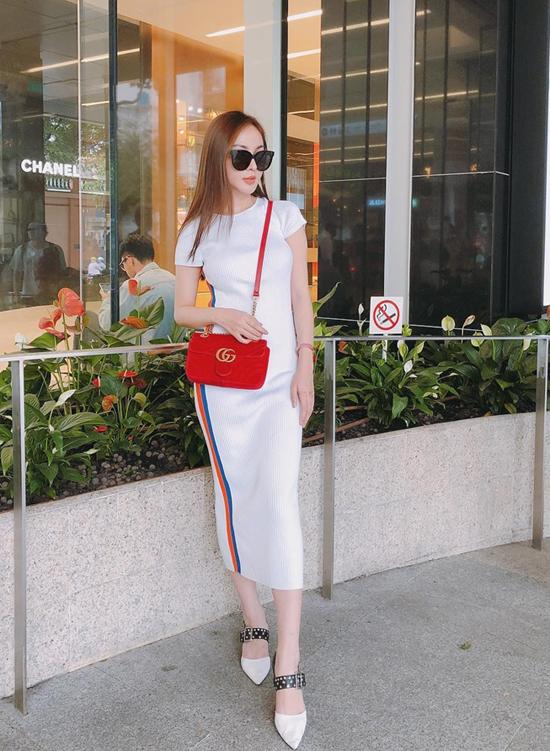 Hot girle Kelly không kết hợp sắc màu đen - trắng quen thuộc như các người đẹp nổi tiếng, cô chọn túi tông màu đỏ tươi để mix cùng váy ôm kẻ sọc khỏe khoắn.