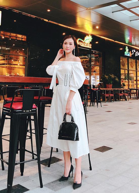 Sảm với hình ảnh nhẹ nhàng và gợi cảm cùng váy trễ vai được thêm điểm nhấn tay bồng.