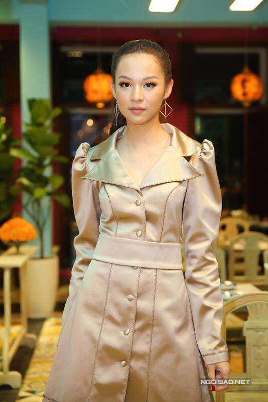 Vốn gây được ấn tượng nhờ phong cách cá tính và hiện đại, vì thế Phí Phương Anh gây bất ngờ khi chọn trang phục đậm chất bánh bèo để chưng diện. Cách xây dựng trang phục theo nguyên mẫu của mốt váy tay bồng, cổ áo to ở thập niên cũ khiến người mẫu trở nên sến nhẹ.