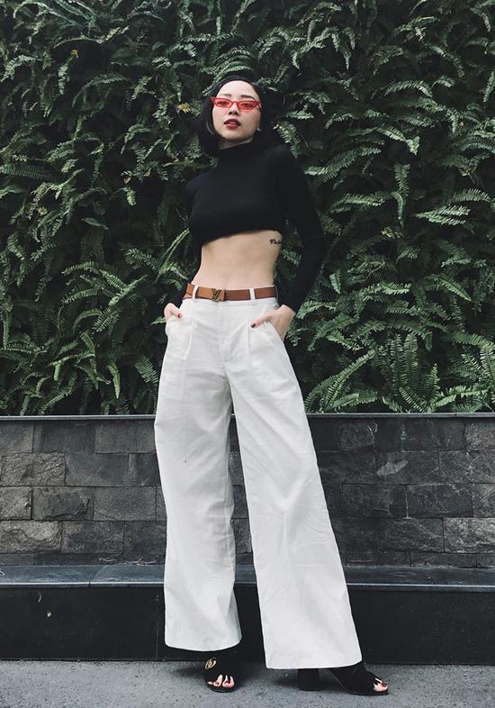 Tóc Tiên khoe vòng eo thon gọn với thiết kế áo crop top, đối lập với mẫu áo ôm sát hình thể là thiết kế quần ông suông mang lại cảm giác thoải mái và thoáng mát.