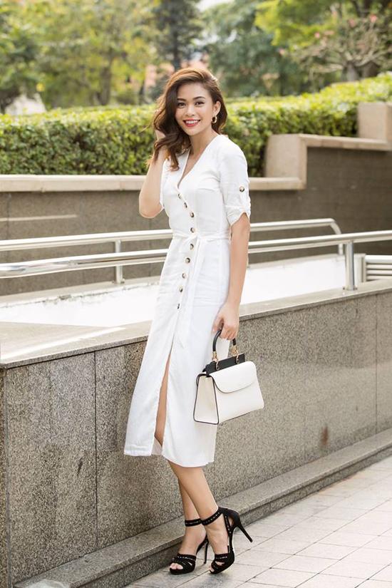 Đầu mùa hè 2018, hàng loạt thương hiệu thời trang trong nước và thế giới đã tung ra nhiều bộ sưu tập với nhiều tông màu, hoa văn bắt mắt. Nhưng các người đẹp Việt vẫn bị sắc trắng thanh nhã dụ dỗ. Mâu Thủy thanh lịch với váy cài nút đi cùng phụ kiện phối màu trắng đen hài hòa.