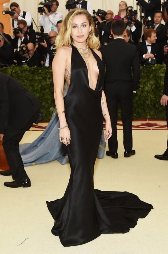 Miley Cyrus mặc đầm trễ nải.