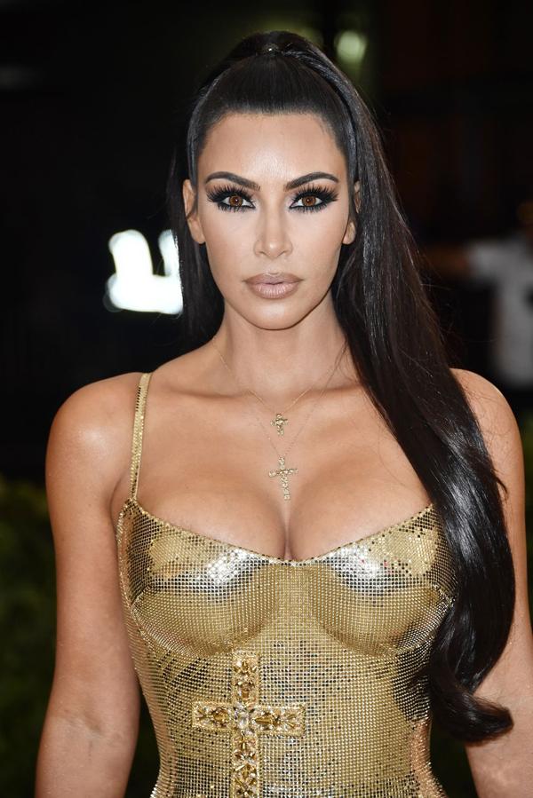 Kim Kardashian nổi bật trên thảm đỏ với đôi mắt màu hạt dẻ, viền eyeliner đen đậm toàn bộ mí mắt. Như thường lệ, người đẹp sử dụng hàng mi giả dài đặc trưng kết hợp với lối tạo khối quen thuộc và son môi màu nude. Mái tóc đen bóng được buộc đuôi ngựa cao theo phong cách chiến binh làm tăng vẻ ấn tượng cho cô Kim.