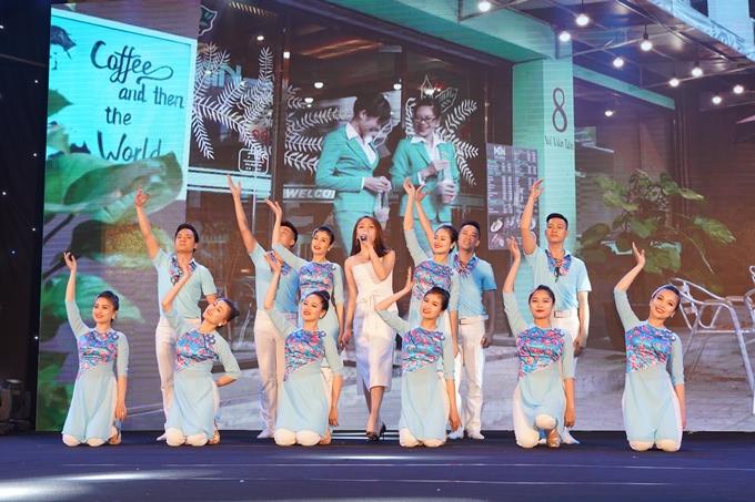 Thủy Bùi Theo Voice trình bày ca khúc Áo xanh của nhạc sĩ Hồ Hoài Anh theo phong cách sôi động,