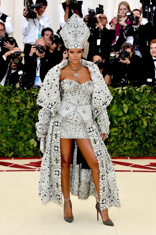 Với chủ đề Thiên thể: thời trang và công giáo, các người đẹp chưng diện đủ kiểu trang phục độc đáo lấy cảm hứng từ tôn giáo.