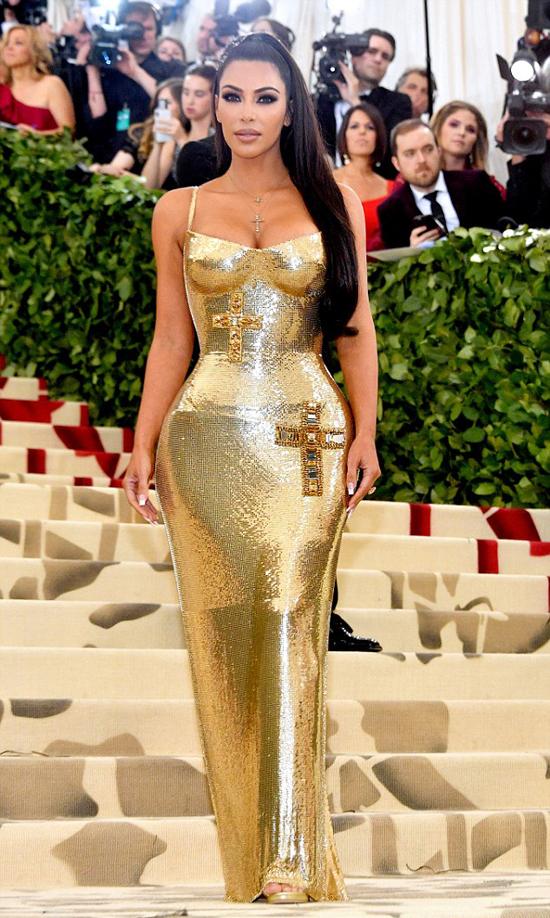 Kim Kardashian cũng nổi bật không kém cạnh em gái với bộ đầm vàng bó sát, tôn đường cong.