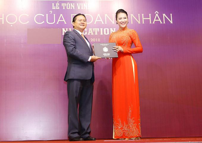 Nữ hoàng dao kéo vừa được trao bằng chứng nhận tốt nghiệp lớp CEO (giám đốc điều hành) và CMO (giám đốc marketing) do một tổ chức giáo dục tại TP HCM tổ chức.