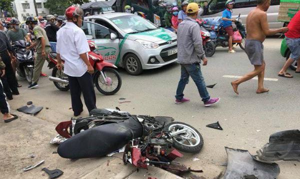 Ôtô điên lao vào dòng người đi xe máy