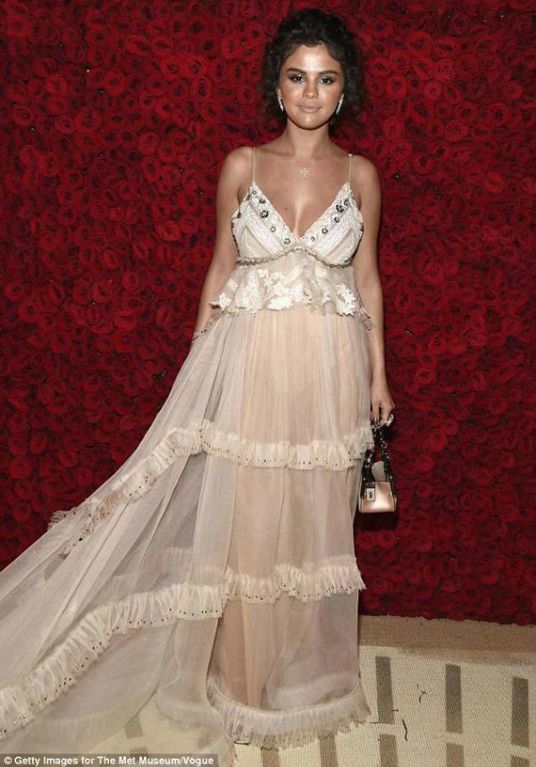 Diện bộ đầm xếp tầng bay bổng theo phong cách công chúa nhưng Selena Gomez mất điểm hoàn toàn vì khuôn mặt nhợt nhạt, thiếu sức sống.