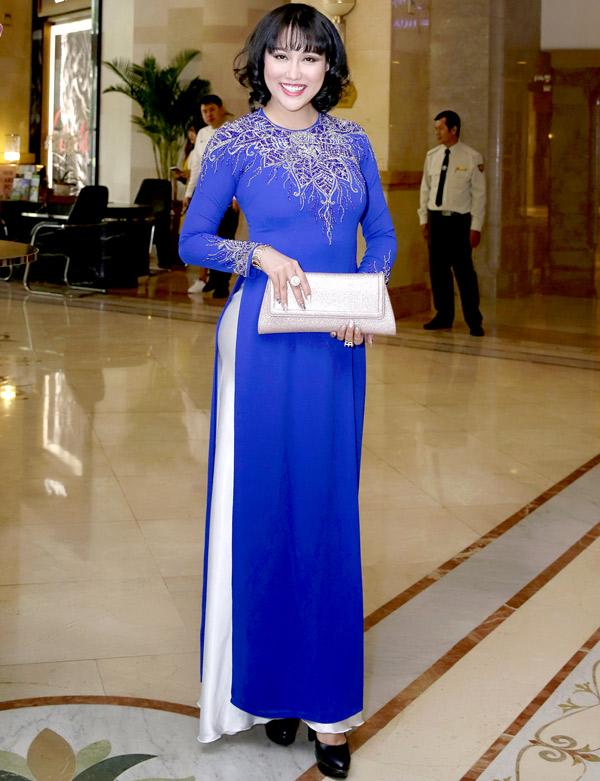 Gần đây cô đã chán mặc hở nên thường xuất hiện với áo dài nền nã, kín đáo hoặc trang phục công sở thanh lịch.