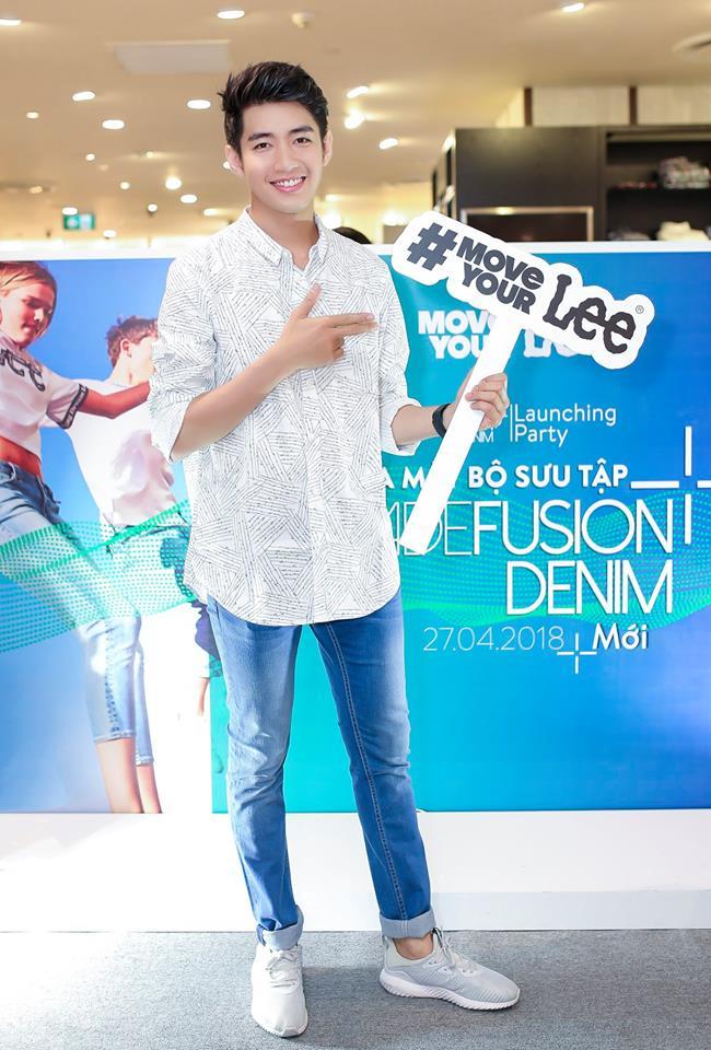 Quang Đăng khỏe khoắn với trang phục jean