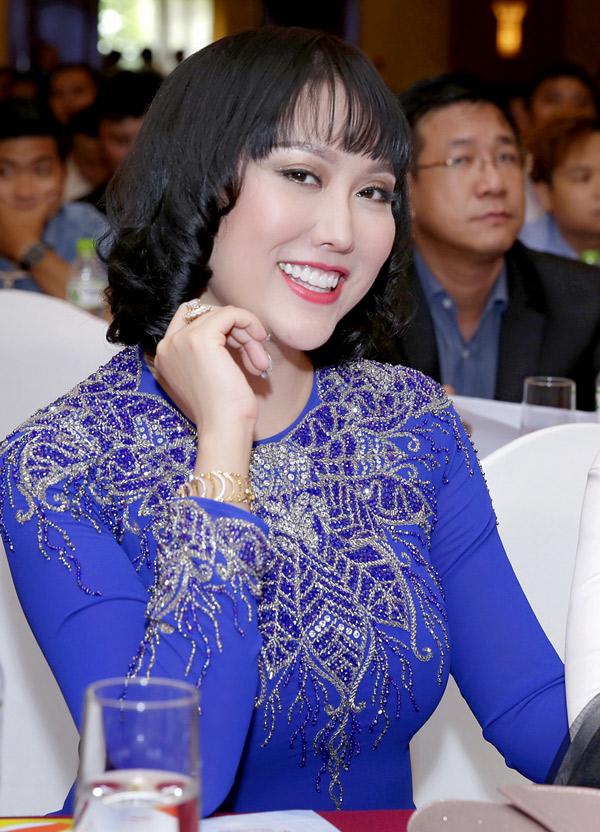 Kiểu tóc ngắn giúp nữ diễn viên trông trẻ trung, năng động hơn.