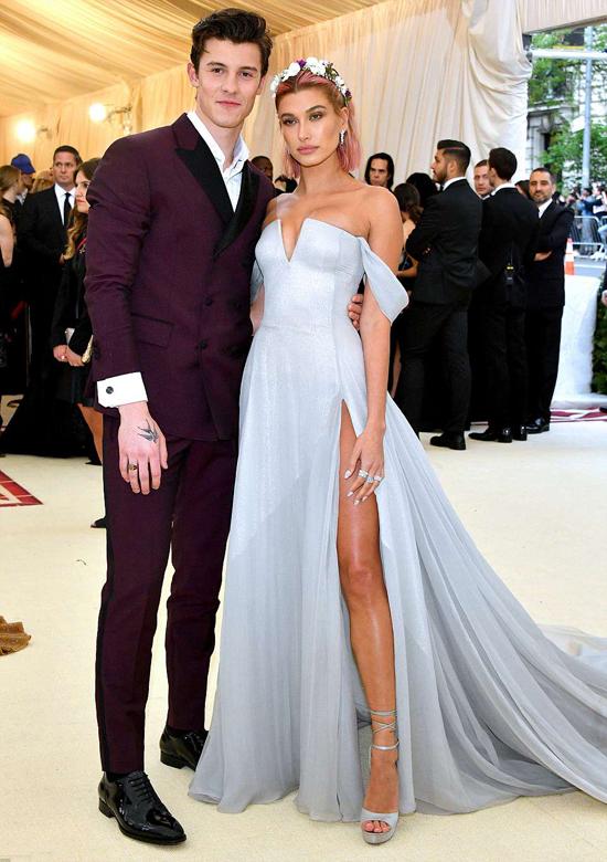 Người mẫu Hailey Baldwin sánh đôi với bạn trai, ca sĩ Shawn Mendes.