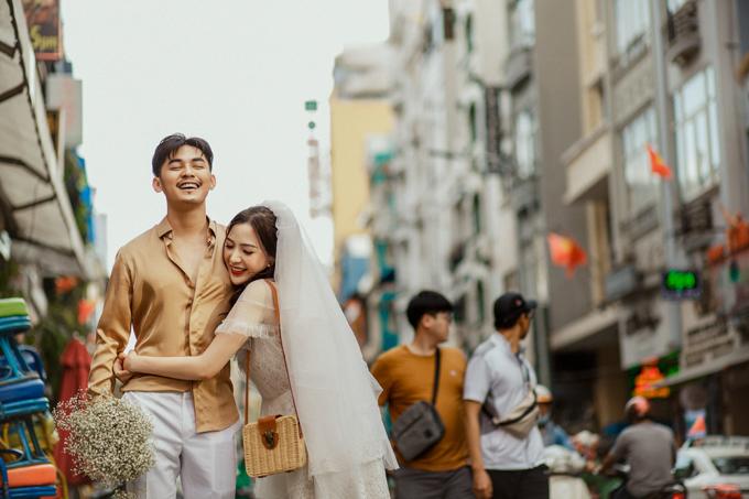 Sau khi lên được ý tưởng cho bộ ảnh, cả hai không mất nhiều thời gian thực hiện. Buổi chụp ảnh cưới của Ngọc Phước và Anh Thư giống như một cuộc dạo chơi trên đường phố Sài Gòn.