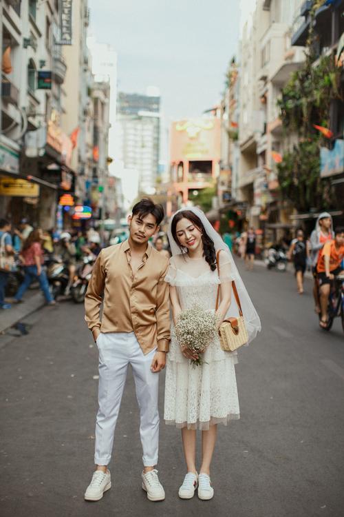 Ngọc Phước và Anh Thư thực hiện bộ ảnh cưới lấy bối cảnh là đường phố Sài Gòn một ngày đẹp trời với phong cách trẻ trung, năng động nhưng chính tính cách của đôi uyên ương.