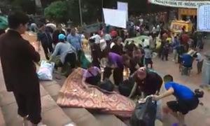 Người dân tranh nhau cướp lộc ở chùa Hương