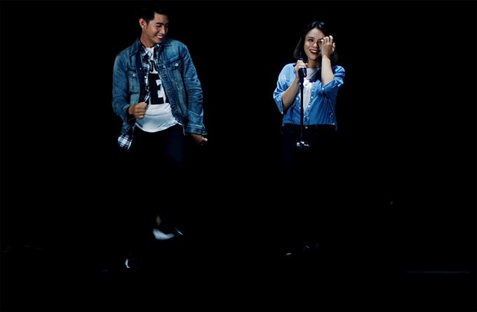 phục jeans và chạy lên sân khấu để thực hiện những bước nhảy ngẫu hứng cổ vũ tinh thần cho bạn gái Thái Trinh.