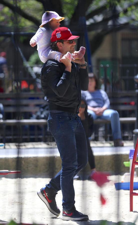 Bradley Cooper và Irina Shayk đã đưa con gái tới New York từ tuần trước để chuẩn bị cho sự kiện Met Gala diễn ra ở Bảo tàng Nghệ thuật Metropolitan. Trong khi bạn gái bận rộn, Bradley đưa con đi chơi một mình.
