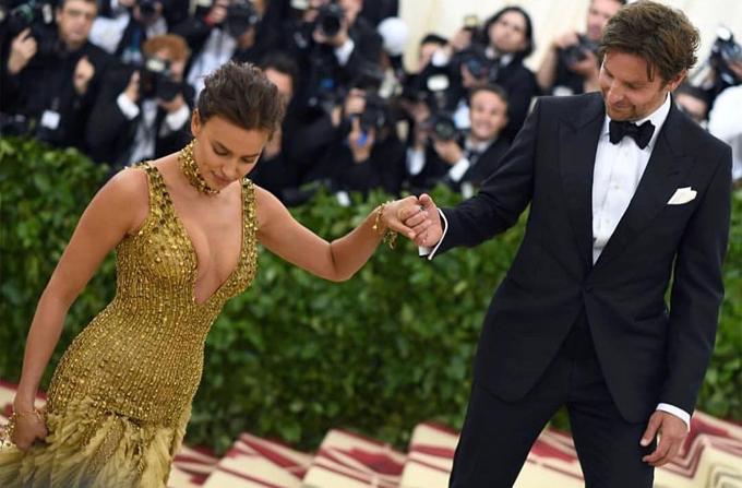 Bradley Cooper biến từ ông bố bỉm sữa thành quý ông lịch lãm bên Irina trên thảm đỏ - 7