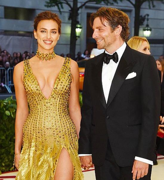 Bradley không ngừng để mắt tới cô bạn gái xinh đẹp.