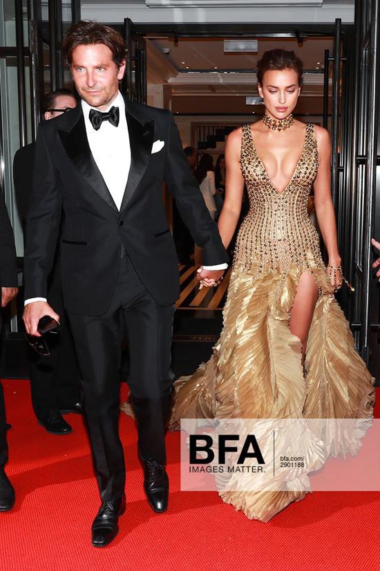 Đến tối 7/5, người hâm mộ lại trông thấy Bradley Cooper trong hình ảnh hoàn toàn khác, lịch lãm và quyển rũ trong bộ vest đen khi hộ tống bạn tới thảm đỏ Met Gala.