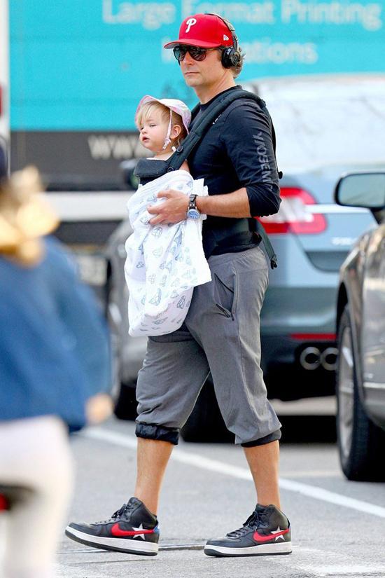 Tài tử 43 tuổi được trông thấy mặc bộ đồ giản dị địu công chúa nhỏ Lea dạo phố New York cuối tuần qua.