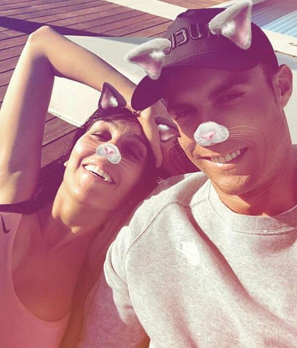 C. Ronaldo và Georgina Rodriguez vui vẻ bên hồ bơi ở biệt thự riêng. Ảnh: NN.