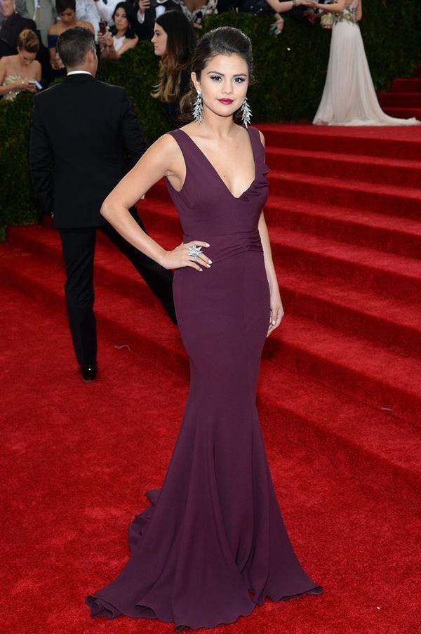 Năm 2014, lần đầu tiên xuất hiện trên thảm đỏ Met Gala, Selena thể hiện thần thái sang chảnhvới son môi hồng tím và mắt khói xanh tím than.