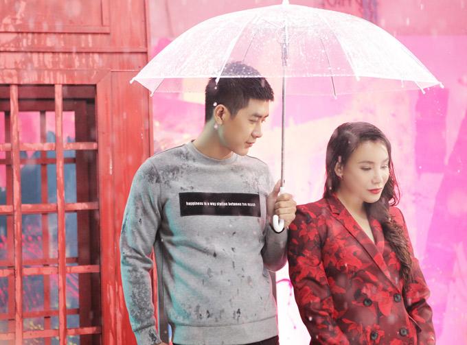 Người tình thứ tư của Hồ Quỳnh Hương trong MV là hot boy Cao Lâm Viên. Cả hai thức tới 4h sáng để quay cảnh hẹn hò đầy chất ngôn tình dưới mưa.