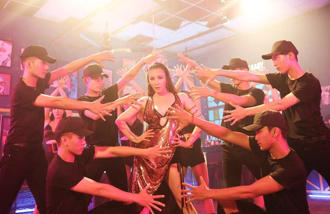 Hồ Quỳnh Hương có nhiều màn vũ đạo sexy trong sản phẩm mới. Cô tiết lộ đang ấp ủ làm liveshow vào năm sau.