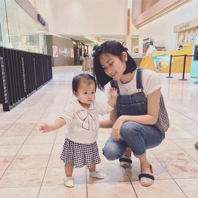 Yến Phương - bà xã Lam Trường - đưa con gái ra ngoài chơi. Cô nàng 9X trẻ trung khiến ít ai ngờ cô đã là gái một con.