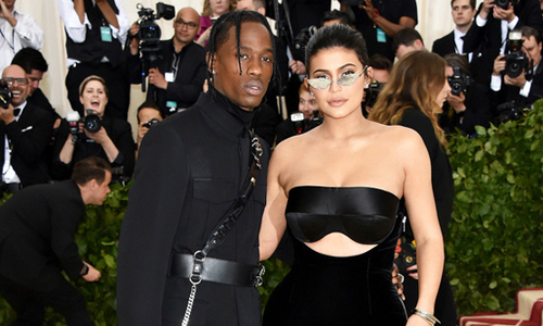 Kylie Jenner khoe đường cong trên thảm đỏ sau 3 tháng sinh con