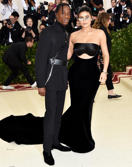 Tối 7/5 (sáng nay theo giờ Việt Nam), Met Gala - lễ hội thời trang lớn nhất năm của làng giải trí Mỹ được tổ chức tại Bảo tàng Nghệ thuật Metropolitan ở New York. Sánh đôi cùng bạn trai tới thảm đỏ, Kylie Jenner khoe thân hình đồng hồ cát sau 3 tháng sinh con.
