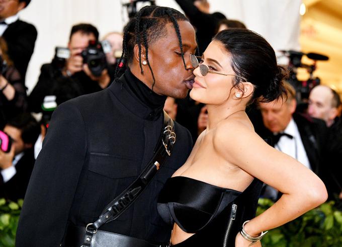 Rapper Travis Scott trao nụ hôn ngọt ngào cho cô bạn gái nóng bỏng.