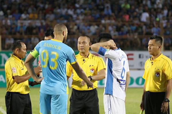 Trọng tài Nguyễn Văn Kiên có nhiều quyết định gây tranh cãi trong trận đấu giữa Khánh Hòa và HAGL.