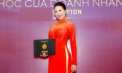Phi Thanh Vân diện áo dài đi nhận bằng CEO